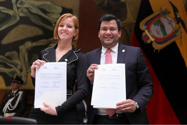 César Litardo, President of the National Assembly of Ecuador, and Lorena Julio, President of Fundación Comparlante, pose for the photography while holding in their hands the Cooperation Agreement signed by both institutions.